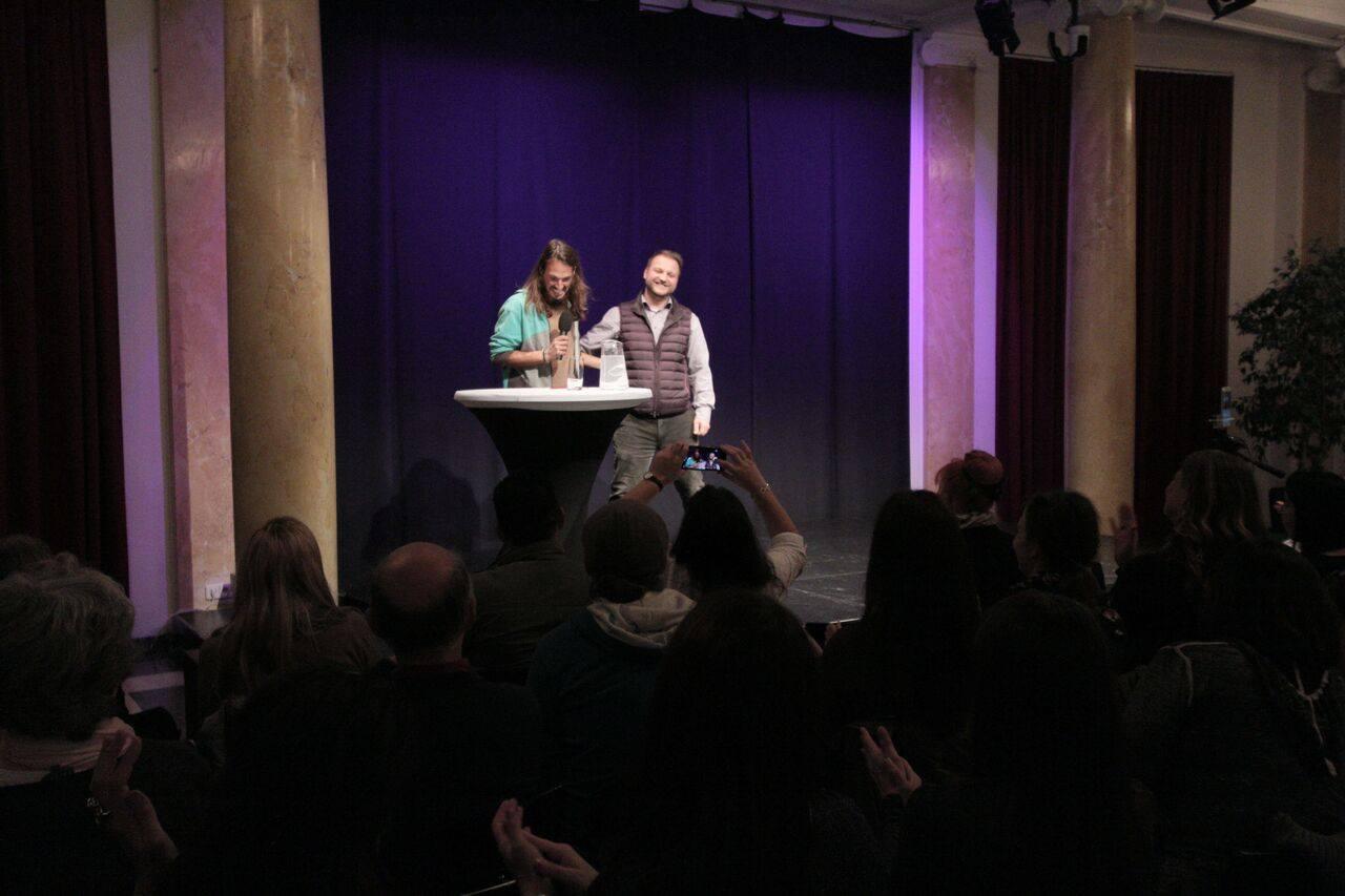 Bild von Andre Stern mit Publikum und Sascha